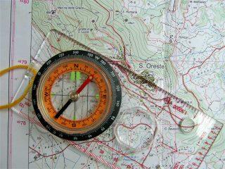 Orientamento in montagna con mappa e bussola
